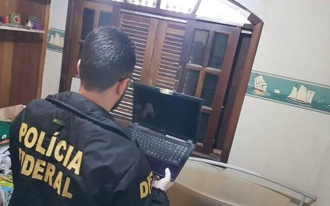 Polícia Federal apreende equipamentos eletrônicos na residência do suspeito.