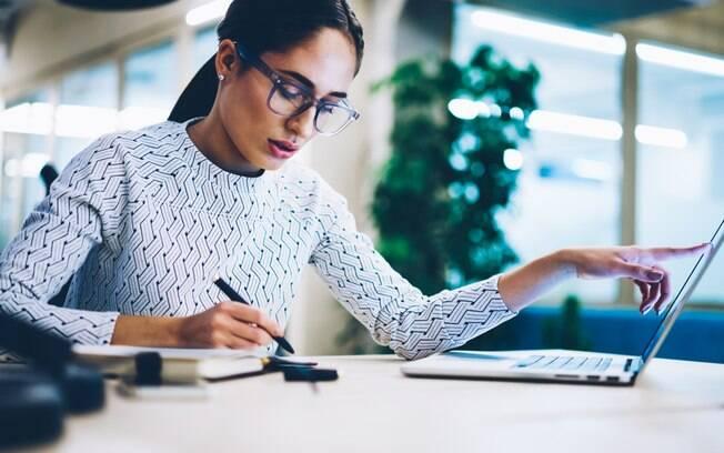 Mulheres trabalham quase quatro vezes mais do que homens com afazeres doméstico, mas isso não se reflete na renda das mulheres