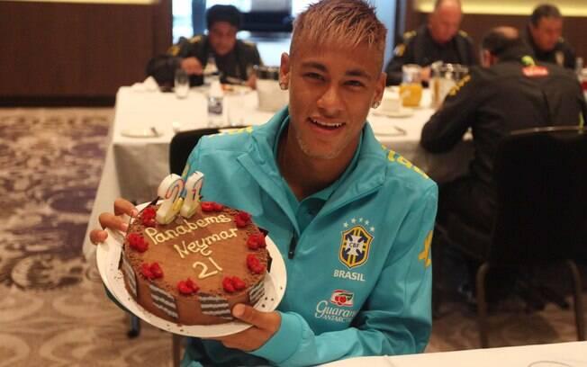 Neymar com o bolo de aniversário que ganhou  na concentração da seleção em fevereiro