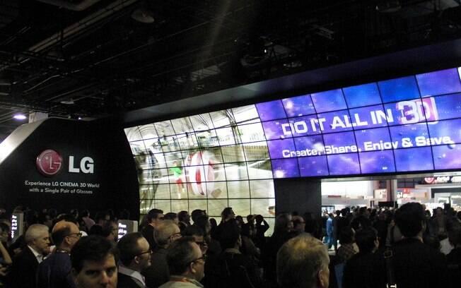Visitantes se reúnem em frente a painel 3D com tecnologia passiva no estande da LG na CES 2012