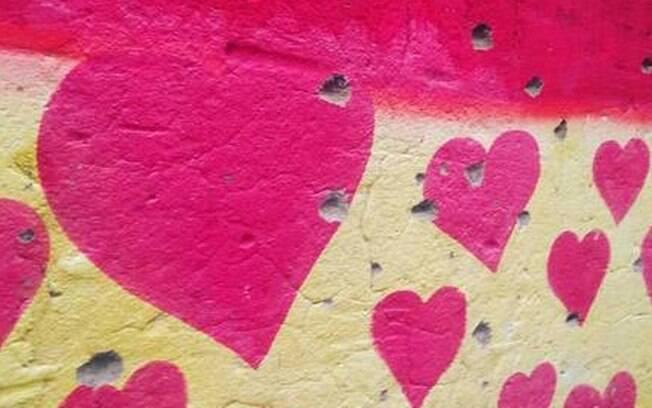 Corações foram pintados em locais de tiros