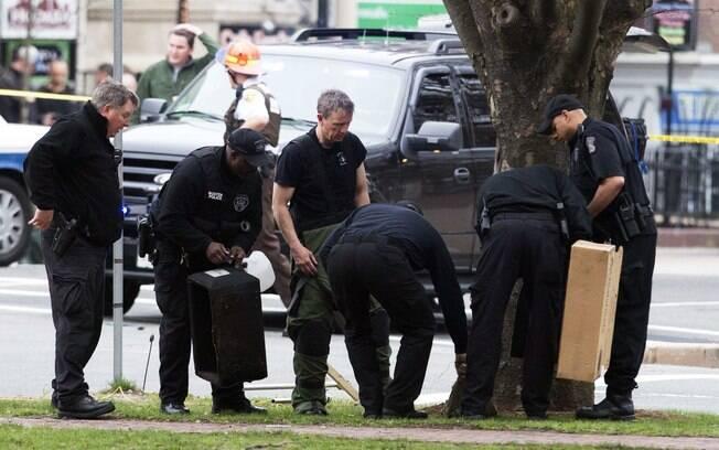 Técnicos em bombas inspecionam ruas em Watertown