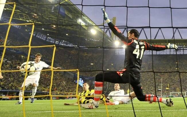 Lewandowski leva a melhor sobre zaga do Real  Madrid, completa para o gol e abre o placar para o  Dortmund