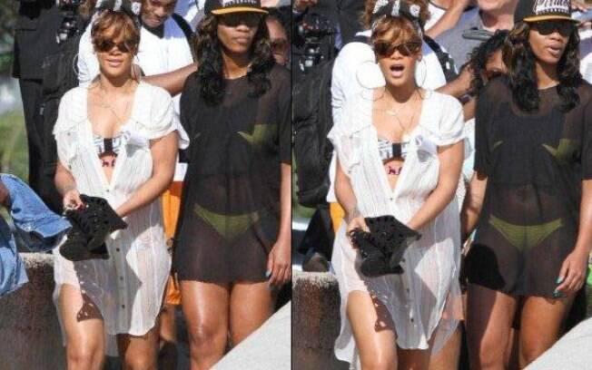 Rihanna chega de salto alto na praia