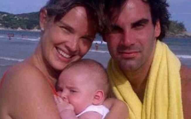 Letícia Birkheuer e Alexandre Furmanovich com o pequeno João Guilherme em Búzios