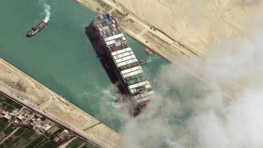 Navio ficou encalhado durante seis dias no Canal de Suez