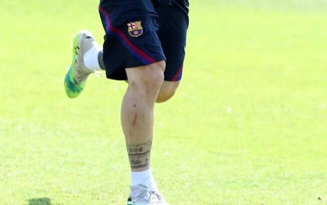Messi exibe marca deixada por brasileiro