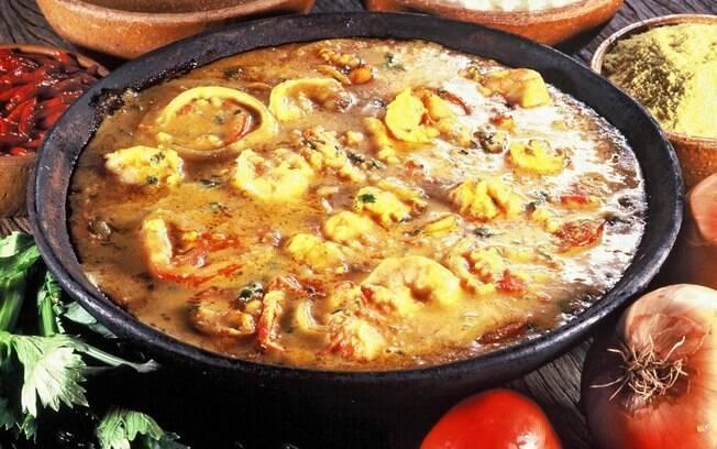 Moqueca baiana, com dendê, pimenta malagueta, leite de coco e coentro, é uma das delícias da culinária local