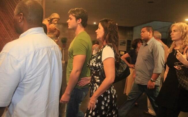 Luma de Oliveira chega à igreja com o filho Thor Batista