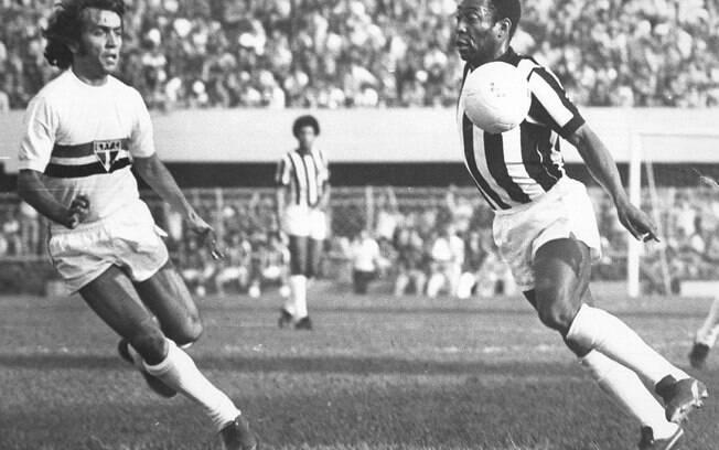 Pelé encara marcação de Nelsinho em clássico contra o São Paulo, em 1974. Foto: Gazeta Press