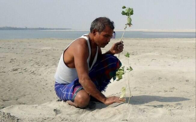 Por mais que o indiano tenha plantado toda a floresta na ilha%2C o problema da erosão ainda é uma ameaça para Majuli