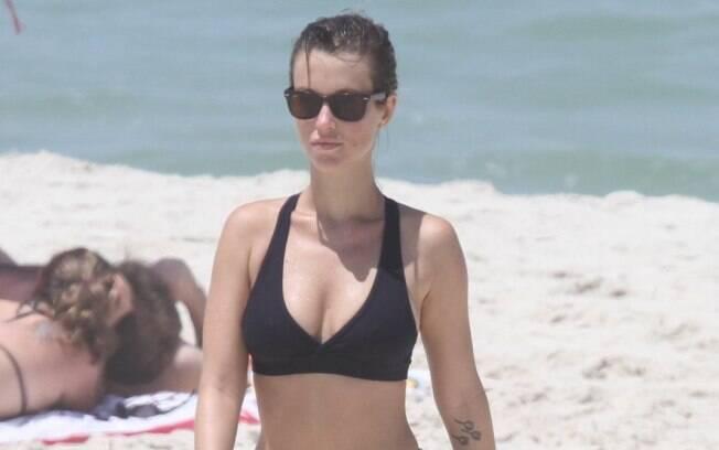 Juliana Didone deixa a praia após alongamento