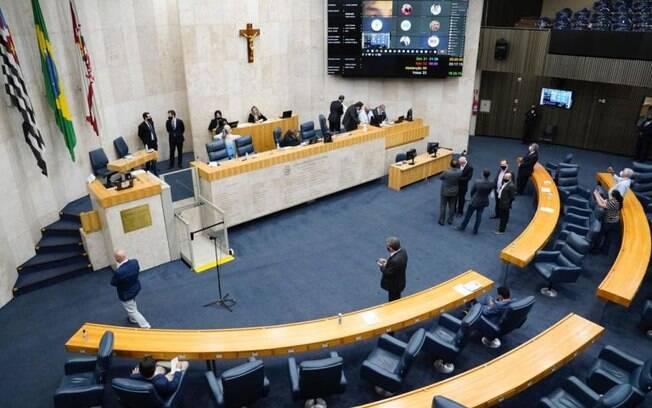 Plenário da Câmara Municipal de São Paulo em sessão que aprovou a renda emergencial por três meses na capital