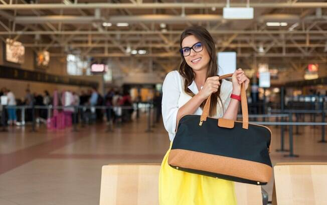 Por fim, bolsas e pastas, que respeitem o tamanho dos itens pessoais, também podem complementar a sua bagagem de mão
