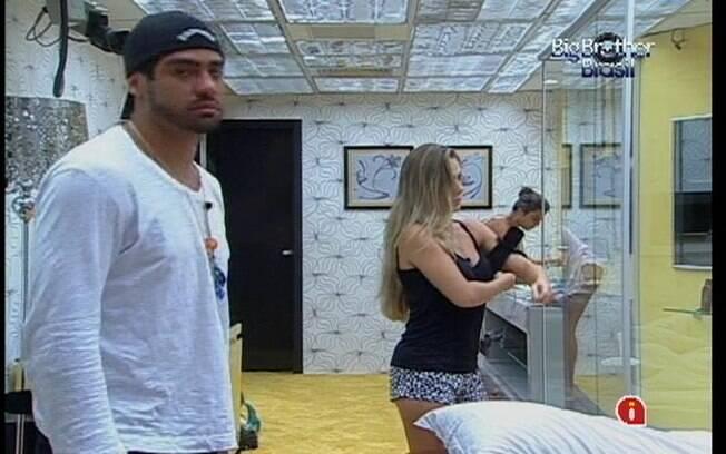 Yuri desperta no Quarto do Líder após dividir a cama da suíte com Renata e Monique