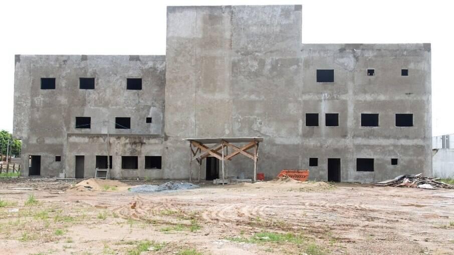 Há 7 anos, moradores aguardam que o Estado termine a construção do Hospital de Peruíbe (SP)