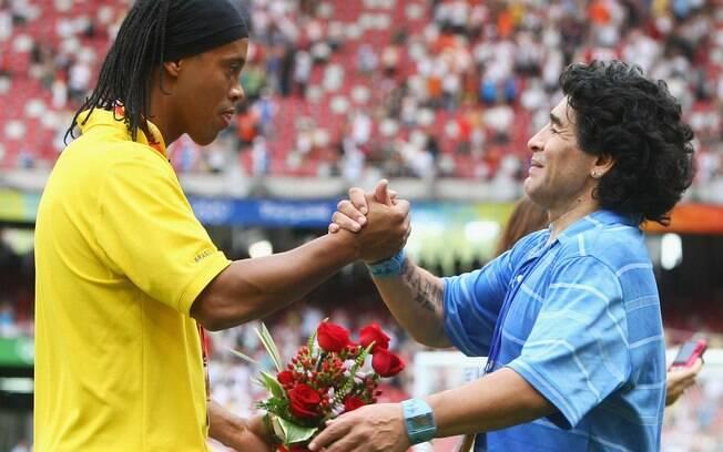 Ronaldinho Gaúcho é cumprimentado por  Maradona nas Olimpíadas. Ex-craque argentino nunca  escondeu admiração pelo brasileiro