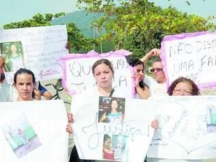 Solidariedade.Parentes e amigos de Fabiane fizeram uma passeata em homenagem a ela após o enterro