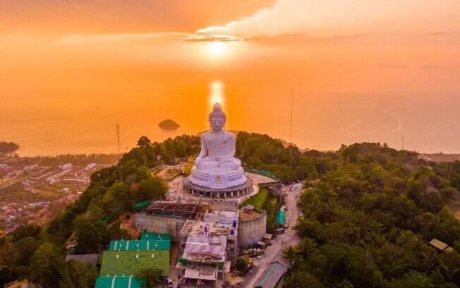 Phuket também é um dos destinos asiáticos mais procurados. Fica na Tailândia, e proporciona o turista com belos cenários