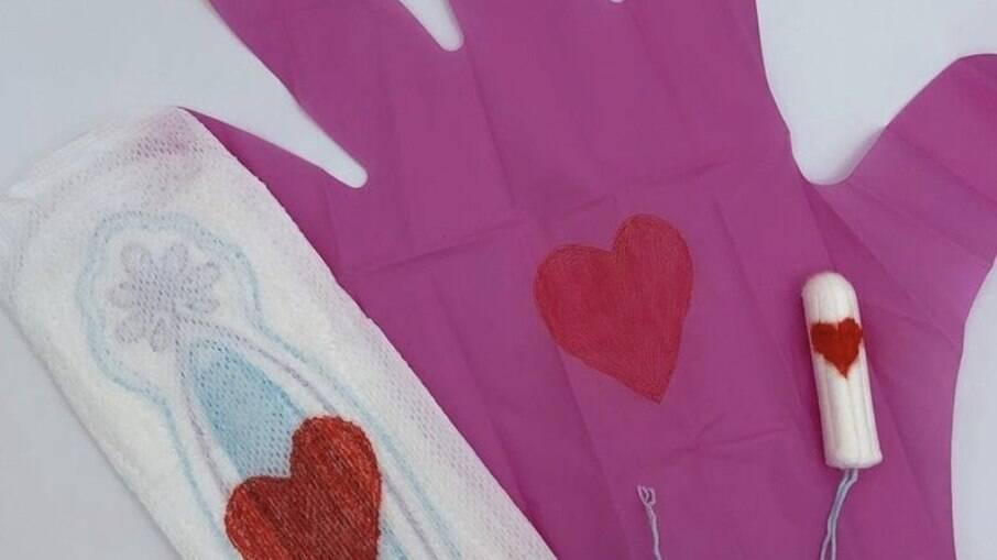 Empresa de homens criou luvas para mulheres lidarem com os absorventes sem que precisem se sujar