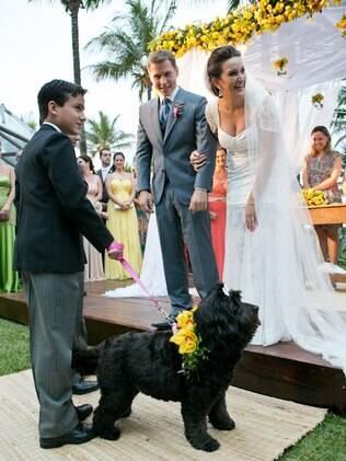 Monstrinha participou do casamento de seus donos, porque participa de tudo na vida deles