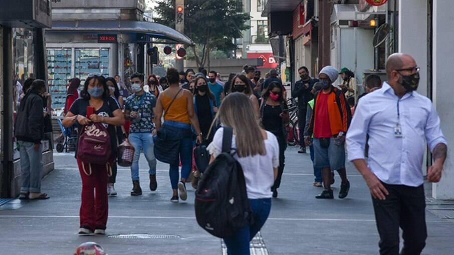 Pedestres circulando pela Av. Paulista em meio à pandemia de Covid-19