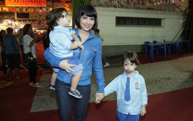Vanessa Giácomo com os filhos Raul e Moisés