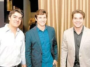 Parceiros. O gerente de marketing da Líder, Tiago Nogueira, entre os parceiros da mostra, Felipe Felix e Lourenço Roldão, à frente da Live Automação