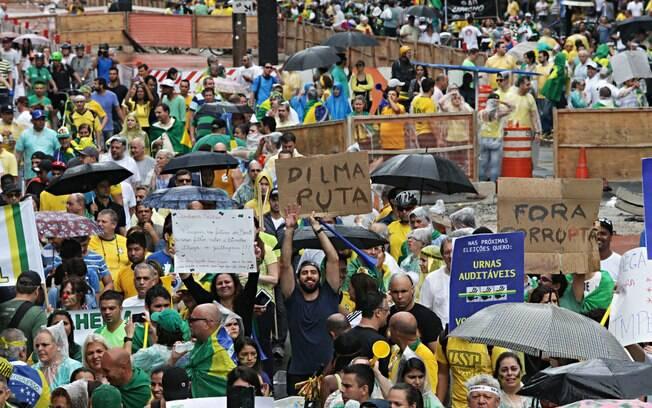 Manifestante ergue cartaz, durante protestos contra o governo Dilma, na Avenida Paulista, em São Paulo. Foto: Robson Fernandjes/ Fotos Públicas