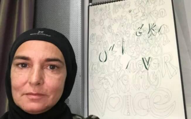 Sinead O'Connor, católica anteriormente, anunciou no Twitter que se tornou muçulmana e, inclusive, trocou de nome