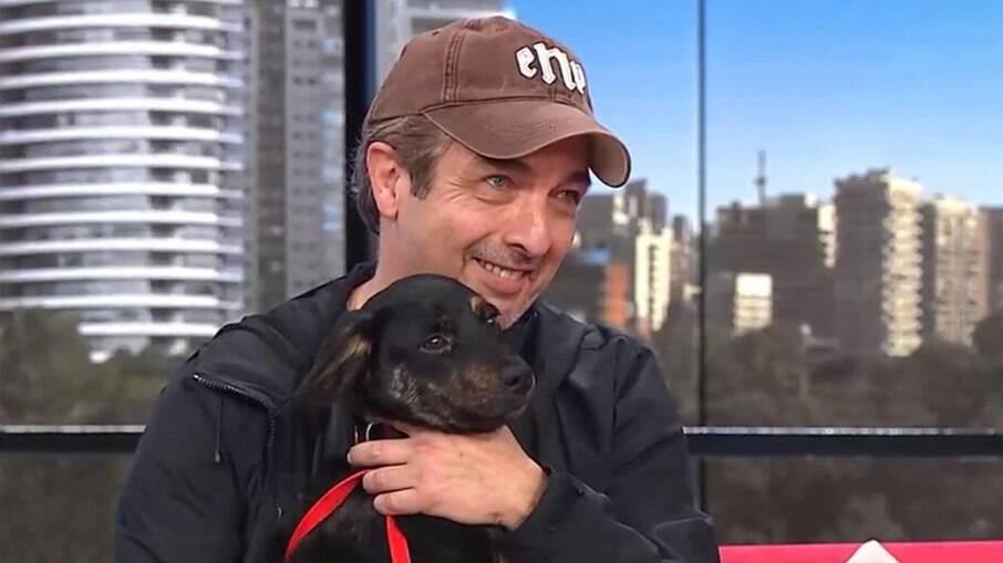 Ricardo Darín invade programa de TV argentina para ajudar cachorro perdido a encontrar os donos
