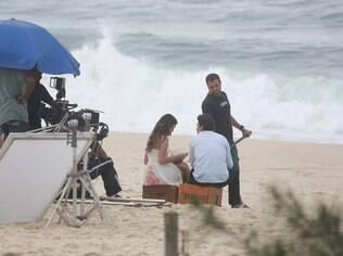 Bruna Marquezine e Gabriel Braga Nunes gravam cena da reta final de 'Em Família' na praia