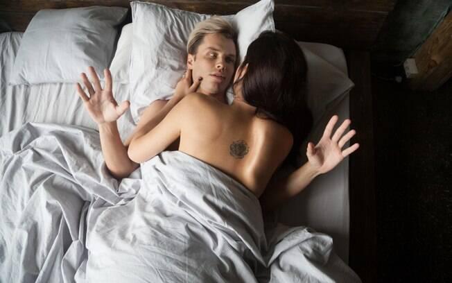 casal fazendo sexo, mas homem não tem prazer