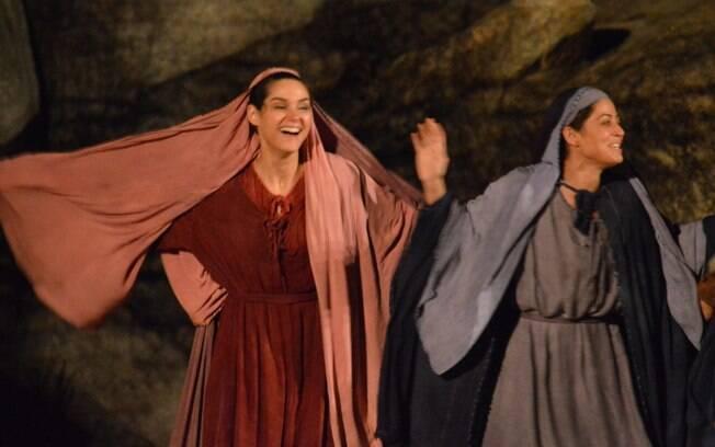 Carol Castro e Fernanda Machado se divertem em intervalo do ensaio