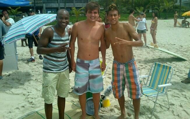 Neymar e Thiaguinho posam para foto na companhia de um amigo