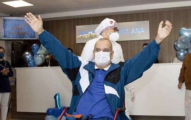 Airton saindo do hospital após se recuperar da Covid-19