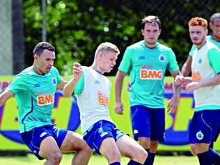 """Oportunidade. No treino de ontem, jogadores considerados reservas """"mudaram"""" de lado na preparação para a estreia no Brasileiro"""