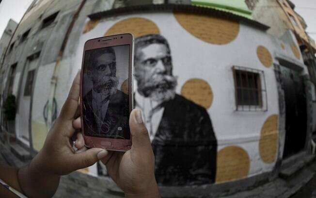 Grafite em homenagem ao escritor brasileiro Machado de Assis, perto da casa em que teria nascido