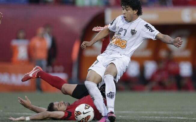 Luan se livra da marcação para anotar o gol  de empate do Atlético-MG contra o Tijuana