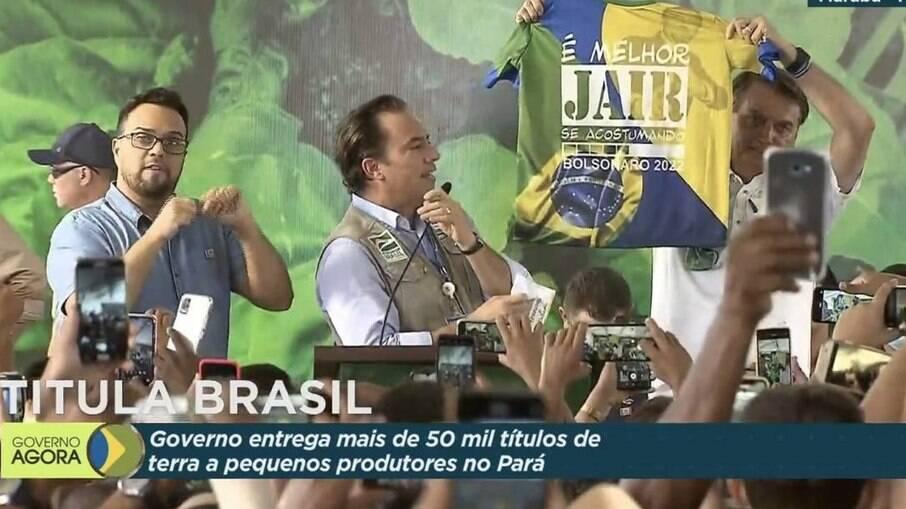 Bolsonaro exibindo camiseta