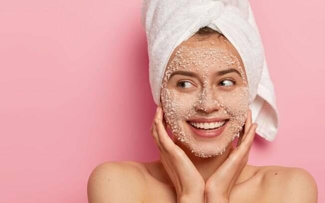 Entenda de uma vez por todas como realizar a esfoliação no rosto