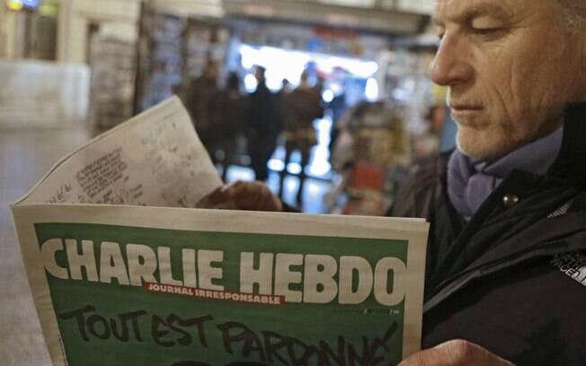 Jean Paul Bierlein lê a edição mais recente do Charlie Hebdo perto de uma banca de jornal em Nice, sudeste da França