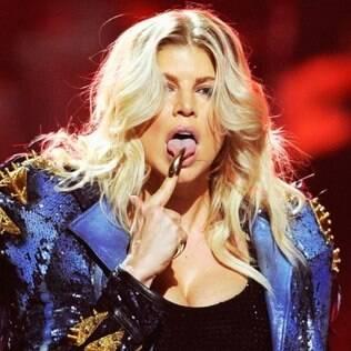 Fergie exibe unhas pontudas em show