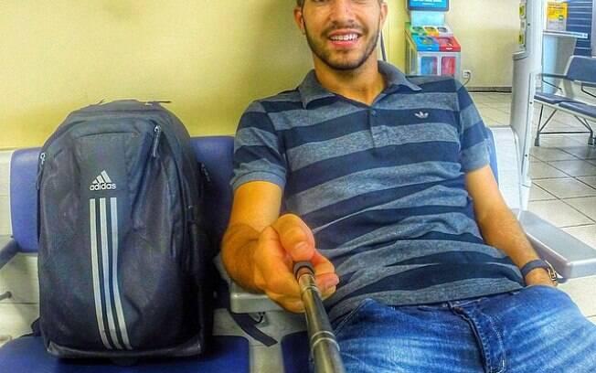 Lucas Silva no aeroporto para voltar para casa em Goiás. Foto: Reprodução