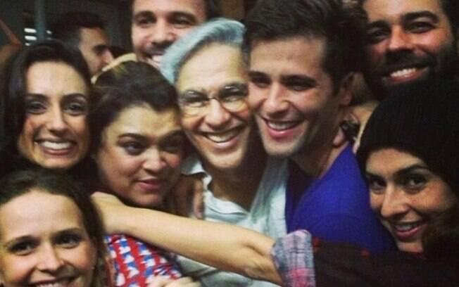 Caetano Veloso ganha abraço coletivo em show no Rio