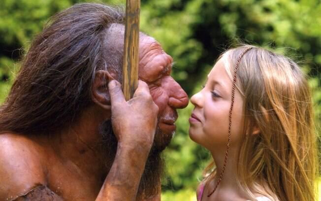 Menina encara estátua de neandertal em museu na Alemanha; encontro entre hominídeos pode ter sido comum