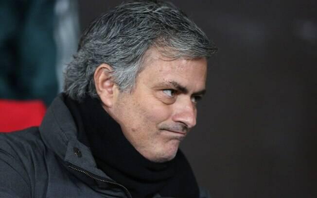 José Mourinho observa jogo no Old Trafford,  em Manchester