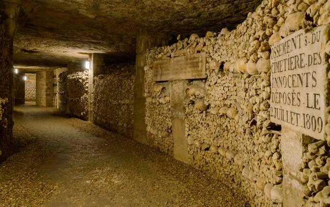 Os túneis repletos de fileiras de peças de esqueleto é com certeza bem parecido com um cenário de filme de terror
