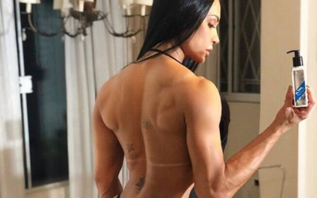De costa, Gracyane Barbosa chama atenção por tamanho de seu bumbum