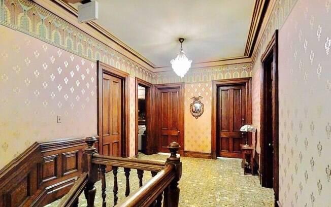 Os 306 metros quadrados da casa são divididos entre sete quartos, três banheiros, diversas salas e uma cozinha industrial